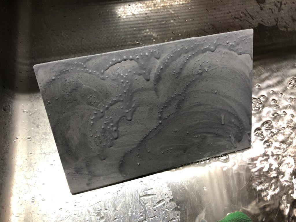 写真3 サンディング後にクレンザーで洗浄中。レジンが洗浄されグレーの汚れとして出てくる。