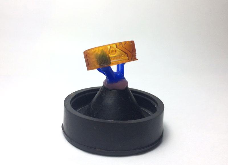 1.ゴム台に3Dプリンターにて出力した原型を立てます。