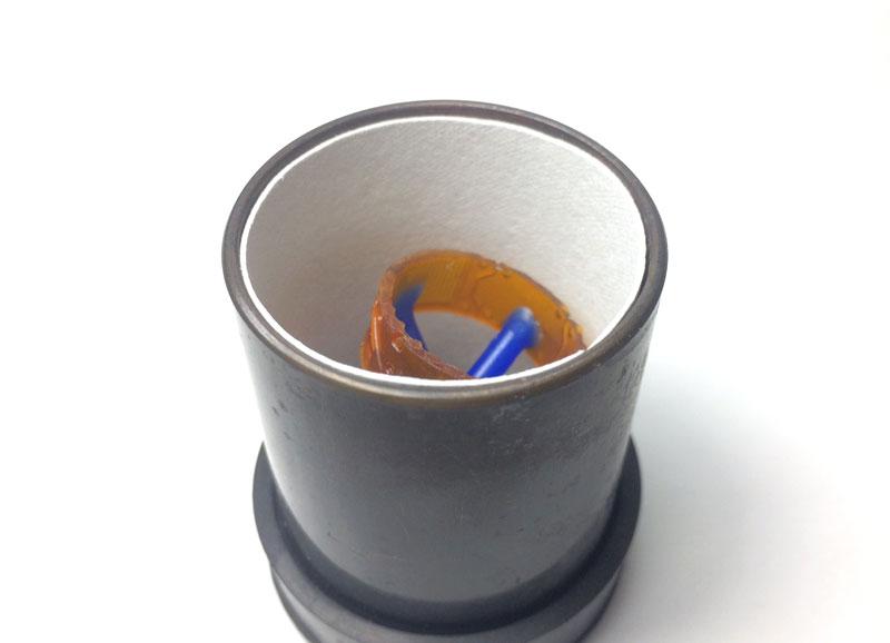 2.ゴム台に鋳造リングを嵌め込み埋没材を流し込む。